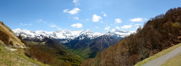 フランス、ピレネー山脈の山の風景のパノラマ
