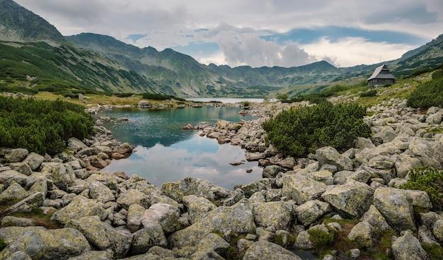 タトラ山脈の風雨の天気と山の風景のパノラマ