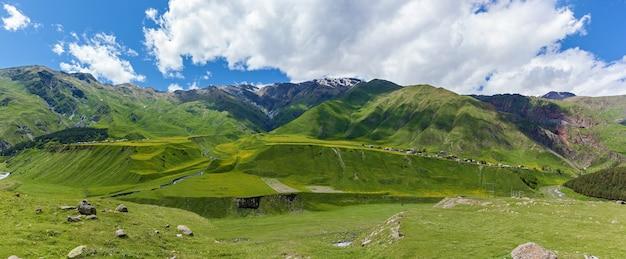 산과 산 강, 야생 풍경과 푸른 하늘의 파노라마