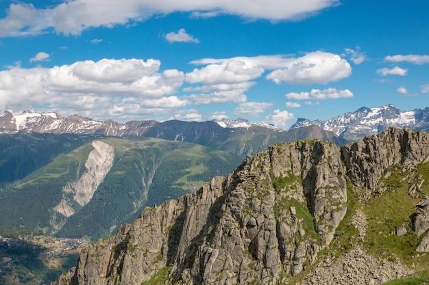Панорама гор, ледник алеч большой маршрут в национальном парке швейцарии, европы. летний пейзаж, солнечная погода, голубое небо и солнечный день
