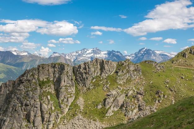 山のシーンのパノラマ、スイス、ヨーロッパの国立公園で素晴らしいアレッチ氷河をルートします。夏の風景、太陽の光の天気、青い空と晴れた日