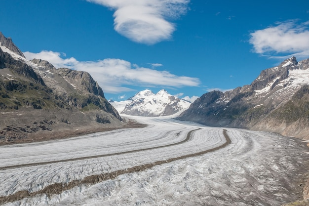 Панорама гор, прогулка по великому леднику алеч, маршрут алеч панорамавег в национальном парке швейцарии, европы. летний пейзаж, солнечная погода, голубое небо и солнечный день