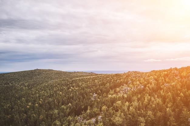 国立公園カチカナル、ロシア、ヨーロッパの山のシーンのパノラマ。曇りの天気、劇的な青い空、遠くの緑の木々