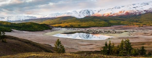 Панорама северо-чуйского хребта и озера джангысколь на рассвете. россия, алтай, урочище ештыколь