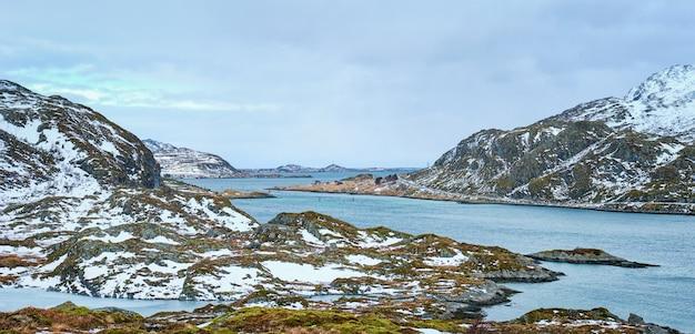 Панорама норвежского фьорда, лофотенские острова, норвегия