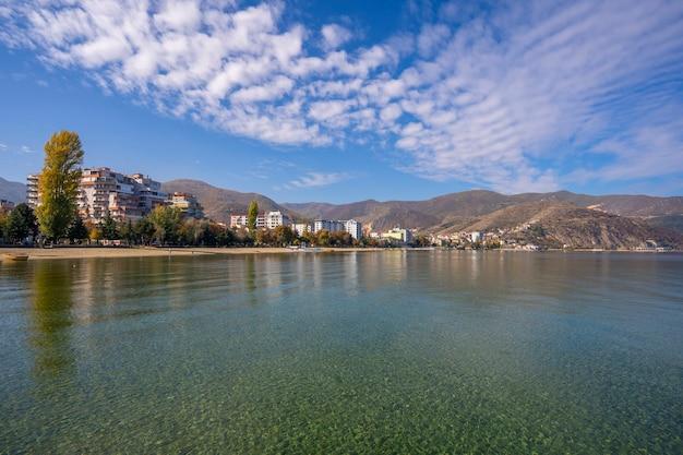アルバニア、ポグラデツ市、バルカン半島のオフリド湖のパノラマ