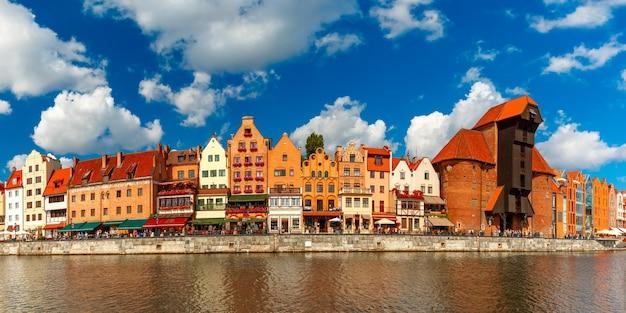 Панорама старого города со старым портовым краном и городскими воротами журав, длуги побжезе и реки мотлава, гданьск