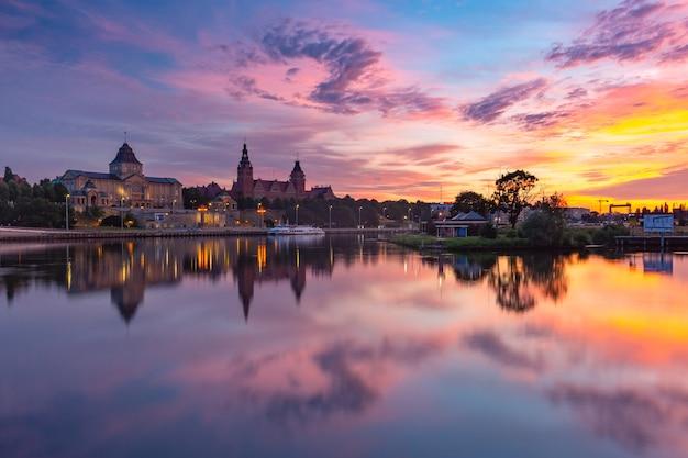 日没時のオーデル川、シュチェチン、ポーランドの反射と旧市街のパノラマ