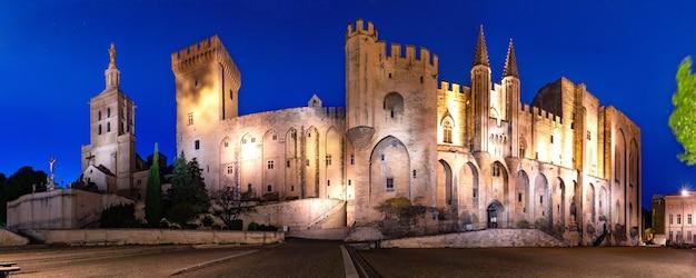 教皇の宮殿のパノラマ、かつては要塞と宮殿、ヨーロッパで最大かつ重要な中世のゴシック様式の建物の1つ、夜、フランス、アヴィニョン