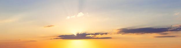 Панорама живописного неба с полосой облаков во время заката