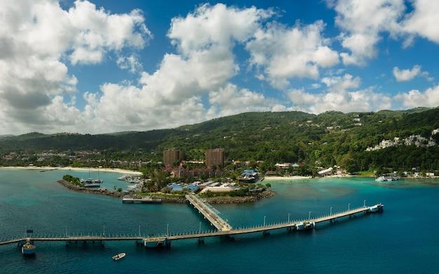 Панорама порта в очо-риос на ямайке с моря
