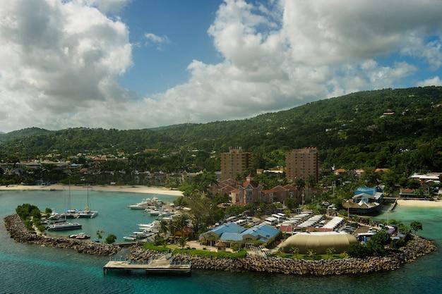 海からジャマイカのオーチョリオスの港のパノラマ Premium写真