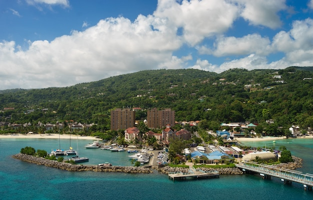海からジャマイカのオーチョリオスの港のパノラマ