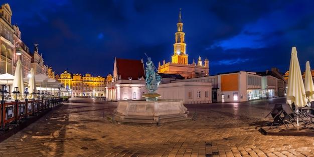 夜、ポズナン、ポーランドの旧市街の旧市場広場にあるポズナン市庁舎のパノラマ