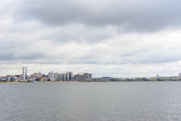カザン川を渡ったカザン市の住宅中心地区のパノラマ。カザン、タタールスタン、ロシア。