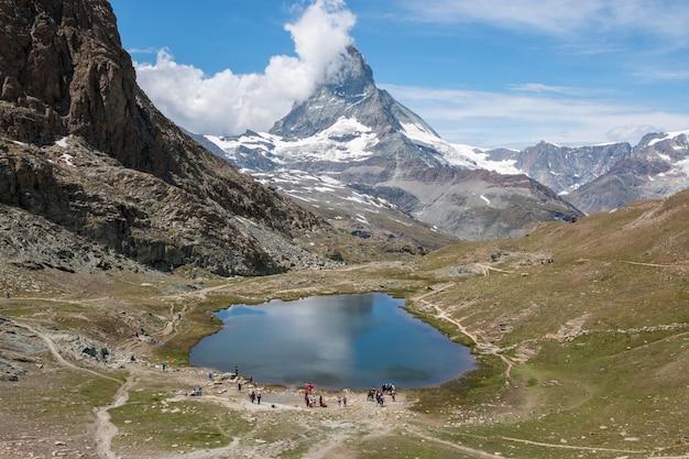 리펠제 호수와 마터호른 산의 파노라마, 스위스 체르마트 국립공원의 한 장면. 여름 풍경, 햇살 날씨, 극적인 푸른 하늘과 화창한 날