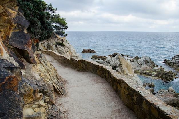 바위와 해안 근처도 파노라마. 지중해에서 산의 해안가입니다. 해안 바위.