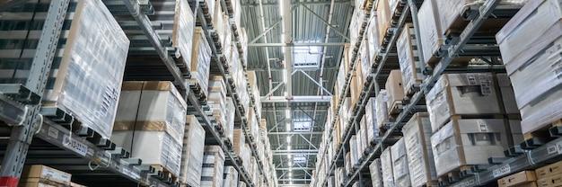 Панорама рядов полок с ящиками на современном складе