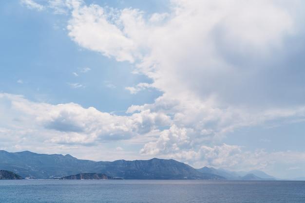 바다 산과 흰 구름과 푸른 하늘의 파노라마