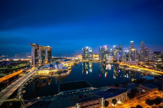 シンガポールのビジネス地区のスカイラインとマリーナベイの夜のオフィスの超高層ビルのパノラマ