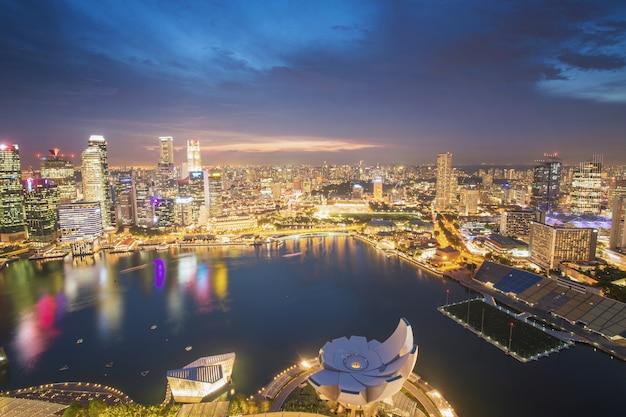 日没時のシンガポールの街並みのパノラマ