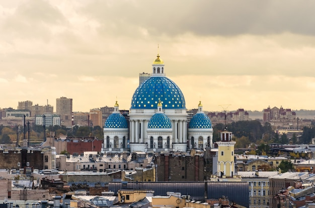 Панорама санкт-петербурга с видом на троицкий собор.