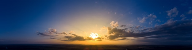 Панорама восхода солнца и синего неба утром. пасмурная погода на рассвете с ярко-оранжевым солнечным светом