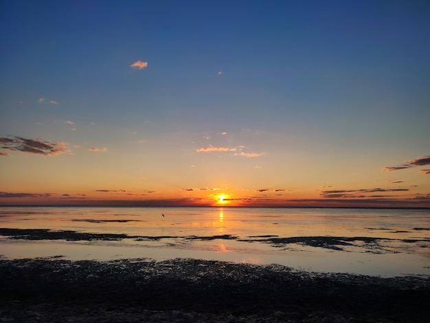 Панорама заката или восхода солнца на фоне морской природы