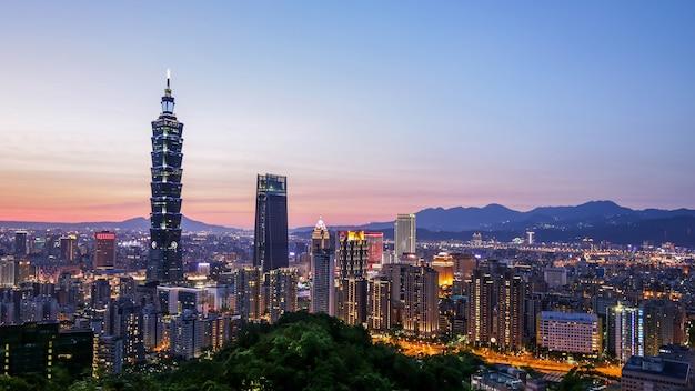 台湾、台北の夕暮れ時の台北市のダウンタウンのスカイラインのパノラマ