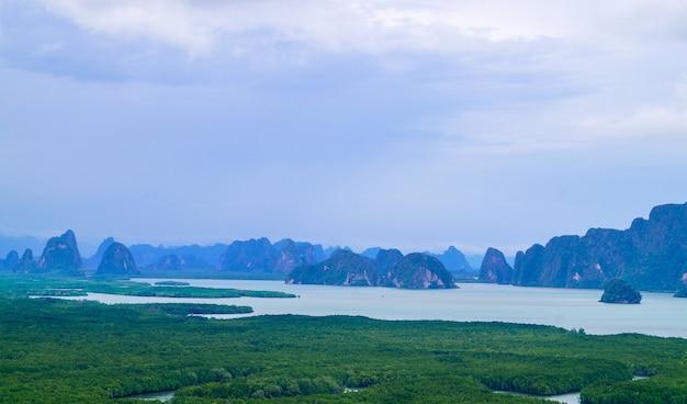 Панорама таиланда вид на горы с облачным небом, в пха нанг-ше в пханг-нга, точке невидимости в туристическом направлении таиланда.