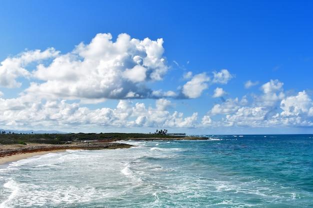 Панорама побережья атлантического океана. доминиканская республика