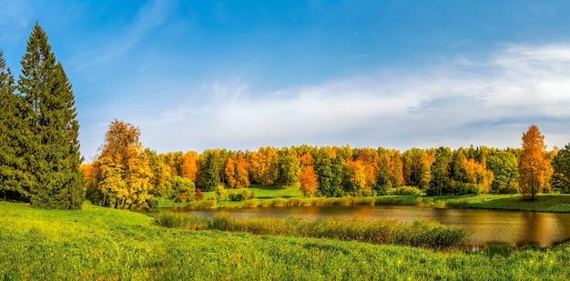 パブロフスク湖ロシアの赤い木々と秋の公園のパノラマ