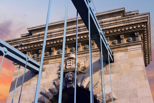 曇りの日にブダペストのライオンと橋のパノラマ、市内中心部のハンガリーのランドマーク