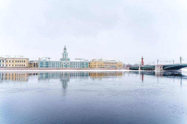 Панорама города, замерзшая нева в санкт-петербурге, зимний пейзаж