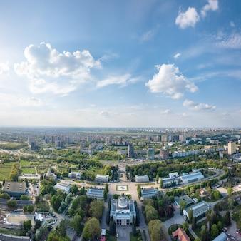 キエフの街のパノラマ。晴れた春の日に公園とパビリオンがある国立展示センター