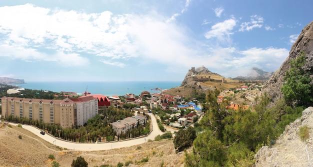 Панорама города судак с видом на черное море и генуэзскую крепость в летний солнечный день.