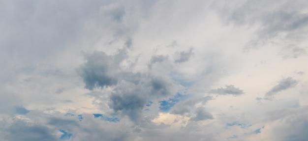 灰色の雨雲のある夕方の空のパノラマ