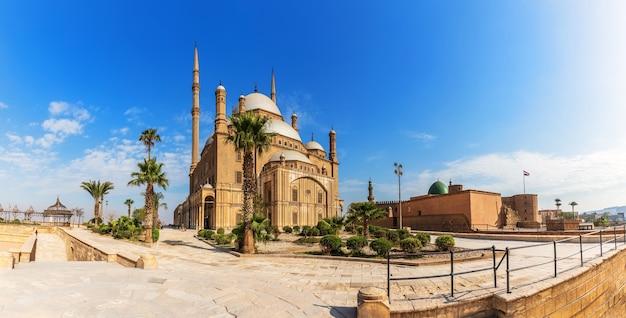 Панорама большой мечети в цитадели каира, египет.