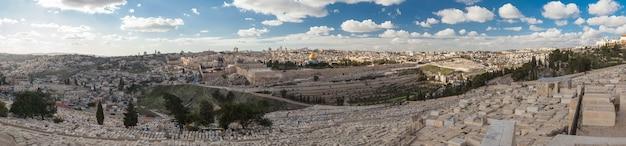 Панорама центра иерусалима с холма со старым еврейским кладбищем