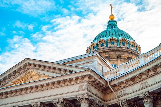 Панорама казанского собора в санкт-петербурге против голубого неба, вид открытки