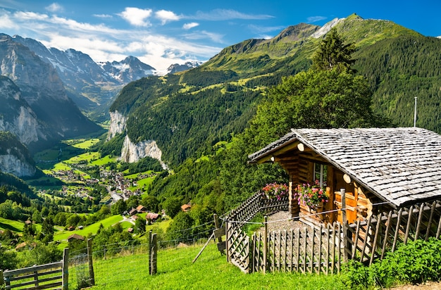Панорама долины лаутербруннен из венгена в швейцарских альпах