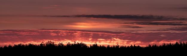 Панорама утреннего голубого неба, освещенного оранжевым и красным солнечным светом, красочный рассвет.