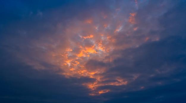 오렌지와 붉은 햇빛, 화려한 새벽에 의해 조명 아침 푸른 하늘의 파노라마.