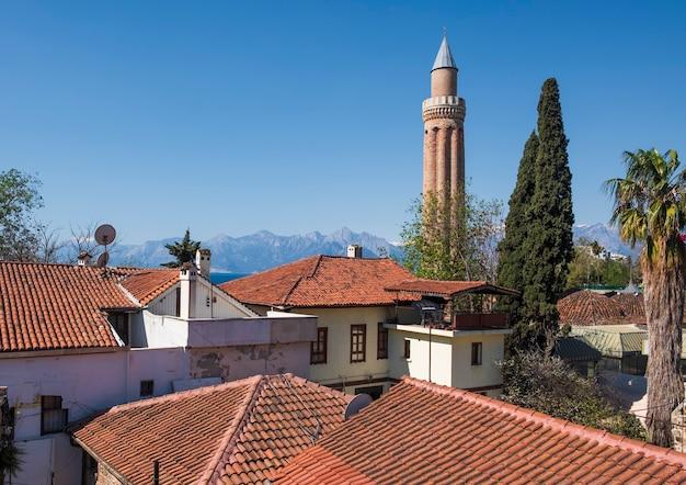 Панорама старого города калеичи в анталии, турция.