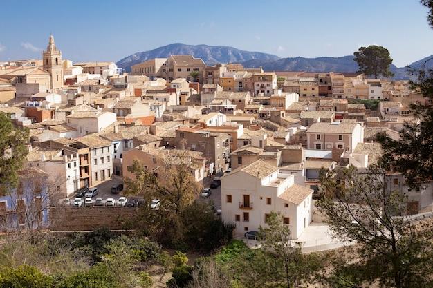 스페인 알리 칸테 지방의 지중해 연안에있는 relleu 구시 가지의 파노라마, 교회 돔의 기와 지붕과 아름다운 pealms.