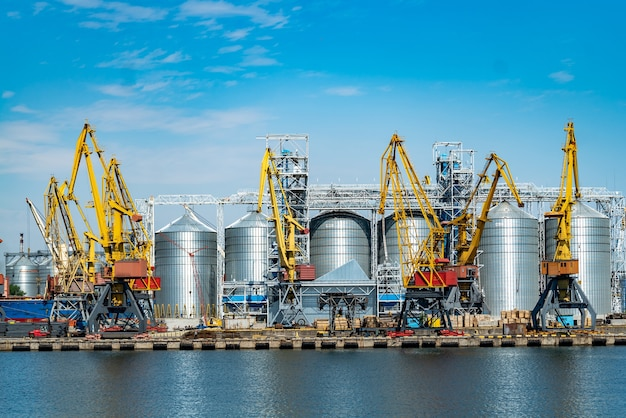 포트 크레인의 파노라마입니다. 푸른 하늘 배경에 크레인과 부두가 있는 항구.