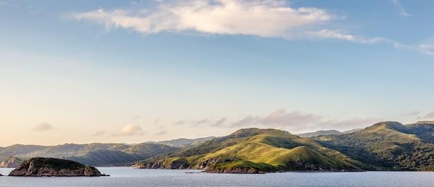 日本海のロシアのリゾート地のパノラマ