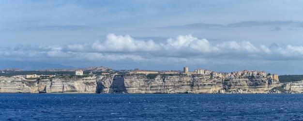 하얀 석회암 절벽과 바다의 보니파시오 코르시카 도시에 대한 바다의 파노라마와