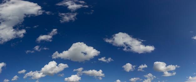 하늘의 파노라마입니다. 태양과 함께 솜 털 구름입니다.