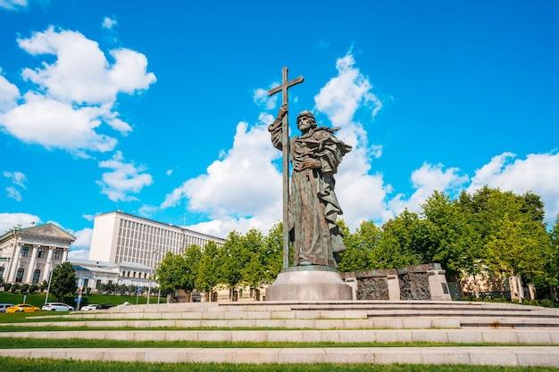 Панорама площади, где стоит памятник князю владимиру, напротив красной площади в москве